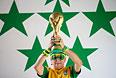 Бразильская фанатка держит в руках точную копию кубка чемпионата мира по футболу.