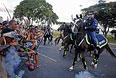 Противники мундиаля, бразильские индейцы пытаются прорваться к стадиону, где должен был состоятся показ Кубка мира.