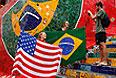Туристы позируют с американским и бразильским флагами.