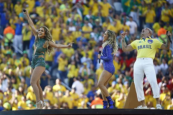 Дженнифер Лопес, рэпер Питбуль и бразильская певица Клаудия Лейтте на церемонии открытия ЧМ-2014.