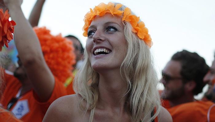Болельщица сборной Голландии по футболу радуется победе над Испанией в матче группы В чемпионата мира в Бразилии.