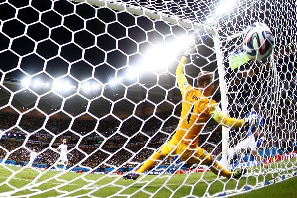 Мяч влетает в ворота сборной Англии по футболу после удара нападающего сборной Италии Марио Балотелли.