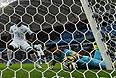 Мяч влетает в ворота сборной Гондураса от рук вратаря Ноэля Вальядареса. В матче Франция - Гондурас впервые на ЧМ-2014 для определения взятия ворот была использована электронная система фиксации гола.