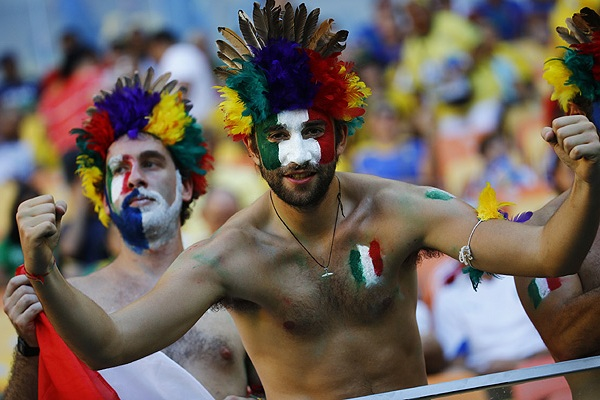 Болельщики сборной Италии перед началом матча против команды Англии.