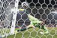 Голкипер сборной России Игорь Акинфеев пропускает гол в матче с Южной Кореей.