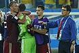 Футболисты сборной России Василий Березуцкий, Игорь Акинфеев и Георгий Щенников (слева направо), а также главный тренер команды Фабио Капелло после ничьей с командой Южной Кореи.