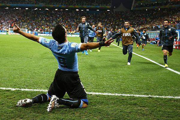 Нападающий сборной Уругвая Луис Суарес восстановился после тяжелой травмы и принес своей команде победу над Англией в матче группового этапа.