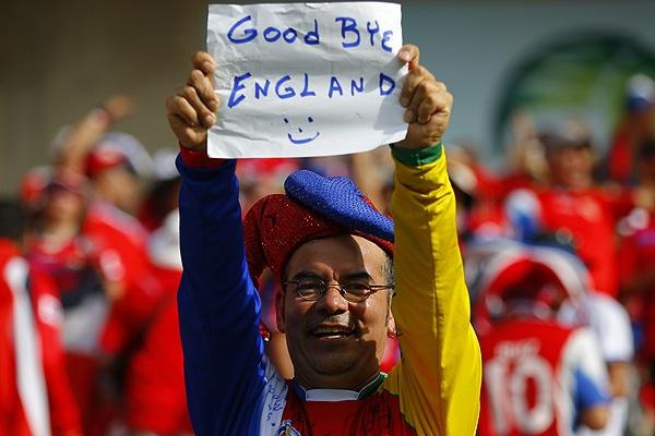 """Болельщик Коста-Рики держит самодельный плакат с надписью """"До свидания, Англия"""". После победы костариканцев над итальянскими футболистами сборная Англии потеряла все шансы на выход в плей-офф чемпионата мира."""