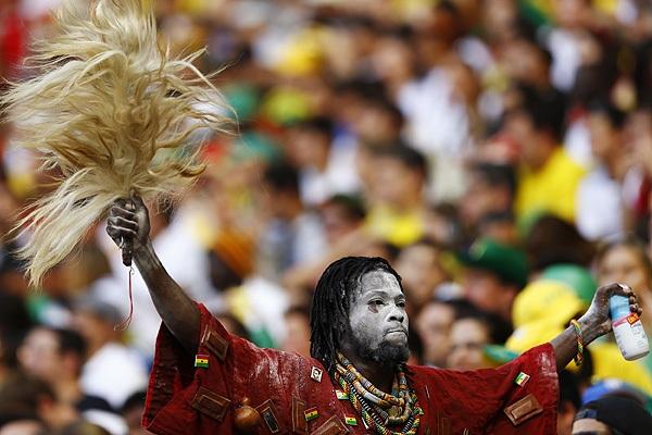 Болельщик сборной Ганы по футболу поддерживает свою команду на матче чемпионата мира против Германии.