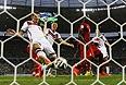 Нападающий сборной Германии Мирослав Клозе забивает свой 15-й гол на чемпионатах мира по футболу. По этому показателю он догнал бразильца Роналдо.