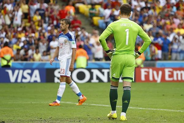 Футболисты сборной России Игорь Акинфеев (на первом плане) и Дмитрий Комбаров после поражения от Бельгии.