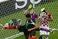 Защитник сборной Мексики Эктор Альфредо Морено Эррера (№15), голкипер сборной Хорватии Стипе Плетикоса и защитник сборной Хорватии Деян Ловрен (№6) во время матча группового этапа.