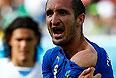 Защитник сборной Италии Джорджо Кьеллини демонстрирует мексиканскому судье Марко Родригесу укушенное плечо.