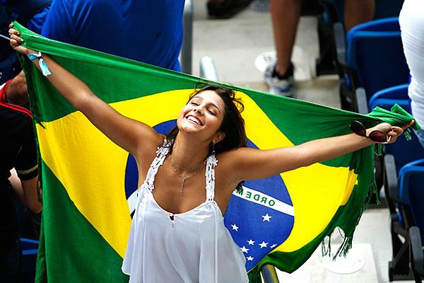 Распахнутые объятия бразильской болельщицы.