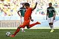 Нападающий сборной Голландии Клас-Ян Хунтелар исполняет пенальти на четвертой добавленной минуте матча 1/8 финала против Мексики. Команда Нидерландов победила со счетом 2:1 и вышла в четвертьфинал.