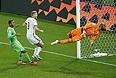 Нападающий сборной Германии Андре Шюррле (№9) забивает гол в ворота команды Алжира в матче 1/8 финала чемпионата мира по футболу.
