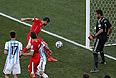 Футболист сборной Бельгии Блерим Джемаили наносит неточный удар по воротам команды Аргентины в матче 1/8 финала ЧМ.