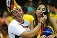 Цинично-комичная парочка. Болельщик Германии утирает невидимые слезы болельщицы Бразилии. Возможно, она не настоящая бразильянка.