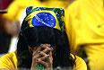 Бразильская болельщица спрятала лицо.