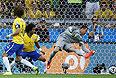 Вратарь бразильцев Жулио Сезар бессилен против мяча Томаса Мюллера.