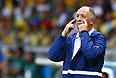 Тренер бразильцев Луис Фелипе Сколари показывает, как больно ему это видеть и, кажется, скоро заплачет кровью.