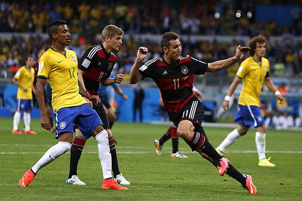 Пируэт Мирослава Клозе. Капоэйра бразильцам не поможет.