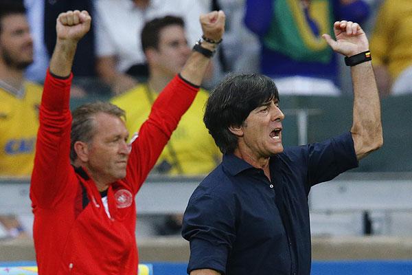 Тренер сборной Германии Йоахим Лев и тренер вратарей Андреас Кепке считают голы.