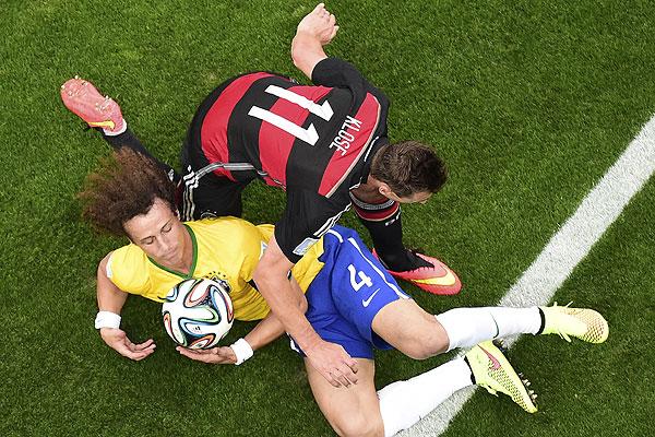Мирослав Клозе и Давид Луис, тот редкий момент, когда Бразилия владеет мячом.