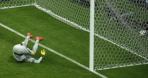 Вратарь сборной Бразилии Жулио Сезар пропускает десятый гол за последнюю неделю: голландец Жоржиньо Вейналдум забивает третий гол своей команды в матче за бронзу чемпионата мира.