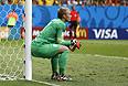 Голкипер сборной Голландии Яспер Силлессен наблюдает за тем, как его партнеры забивают три безответных мяча в ворота команды Бразилии.