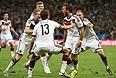 Полузащитник сборной Германии Марио Гетце (№19) забивает победный гол в ворота сборной Аргентины.