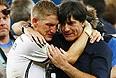 Бастиан Швайнштайгер поздравляет с победой главного тренера сборной Германии Йоахима Лева.