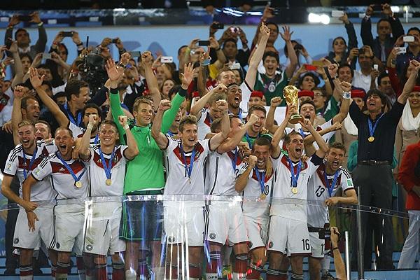 Капитан сборной Германии Филипп Лам поднимает над головой чемпионский кубок.