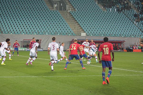 Футболисты ЦСКА, в том числе и Роман Еременко (№25), имели несколько возможностей сравнять счет, но не смогли реализовать свои опасные моменты.
