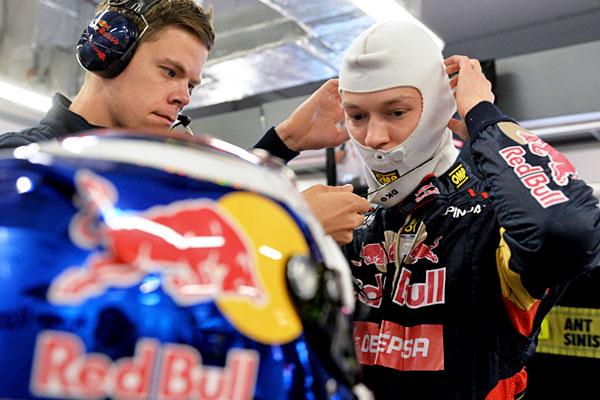 Пилот команды Toro Rosso Даниил Квят перед началом свободных заездов.