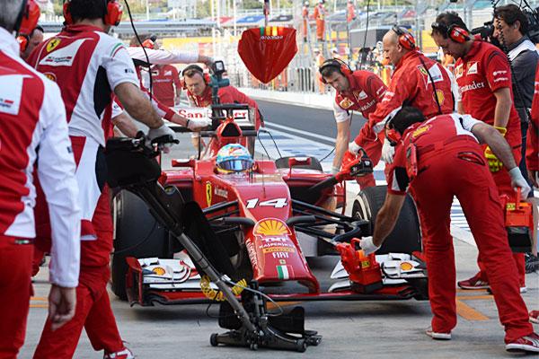 Гонщик команды Ferrari Фернандо Алонсо во время свободных заездов Гран-при России.
