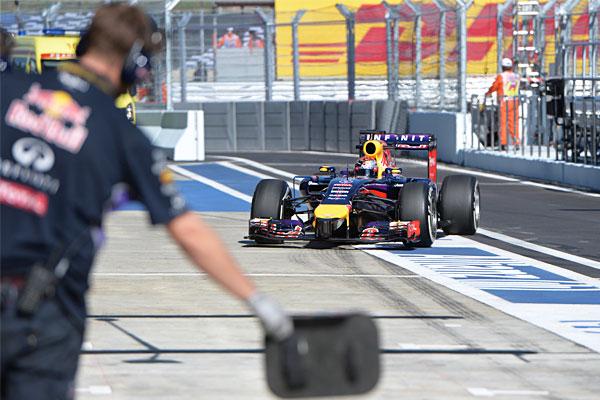 Гонщик команды Red Bull Racing Себастьян Феттель во время пит-стопа.