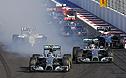 Гонщики Mercedes Нико Росберг (слева на первом плане) и Льюис Хэмилтон борются за лидерство на старте.