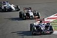 """Российский гонщик """"Формулы-1"""" Даниил Квят (на переднем плане) во время гонки в Сочи."""