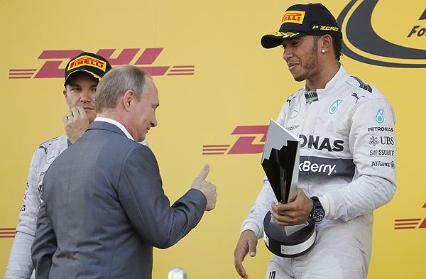 Президент России Владимир Путин вручает кубок победителю Гран-при России Льюису Хэмилтону.