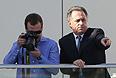 Председатель правительства РФ Дмитрий Медведев и министр спорта Виталий Мутко наблюдают за гонкой.