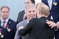 Президент России Владимир Путин и Виктор Тихонов во время церемонии награждения национальной сборной России по хоккею, победившей в финале чемпионата мира в Минске. 2014 год.