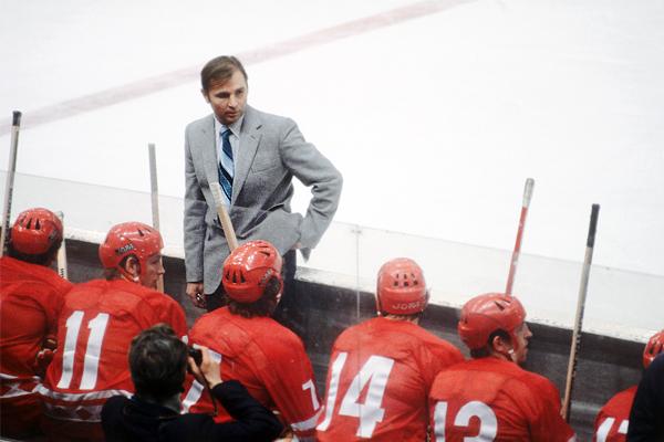 Тренер сборной СССР по хоккею Виктор Тихонов во время игры в 1979 году.