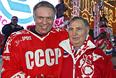 Игрок сборной СССР Вячеслав Фетисов и тренер команды Виктор Тихонов после матча между сборными командами ветеранов СССР и НХЛ на Красной площади. 2006 год.