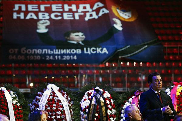 Певец Иосиф Кобзон (справа) на церемонии прощания с Виктором Тихоновым