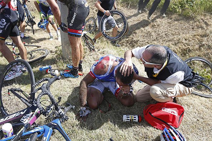 Гонка была временно остановлена, а велогонщикам оказали медицинскую помощь. После небольшого перерыва гонка была возобновлена