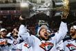 Хоккеисты с чемпионским Кубком Гагарина на церемонии награждения