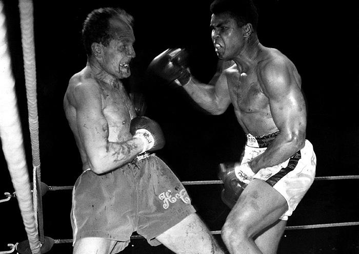 Поединок Али против претендента британца Генри Купера в Лондоне в 1966 году был остановлен из-за рассечения у Купера. Предыдущий их бой - в 1963 году  - также завершился из-за рассечения у британца, однако Купер отправил Али в нокдаун.