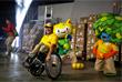 Собирательные образы бразильской фауны и флоры стали талисманами Олимпиады и Паралимпиады. Олимпийский талисман Рио изображен в виде улыбающегося желтого зверя, символизирующего богатую фауну Бразилии. Паралимпийский выполнен в зеленых цветах и олицетворяет флору. Талисманы были названы в честь известных бразильских музыкантов и композиторов Винисиуса ди Морайса и Тома Жобима.