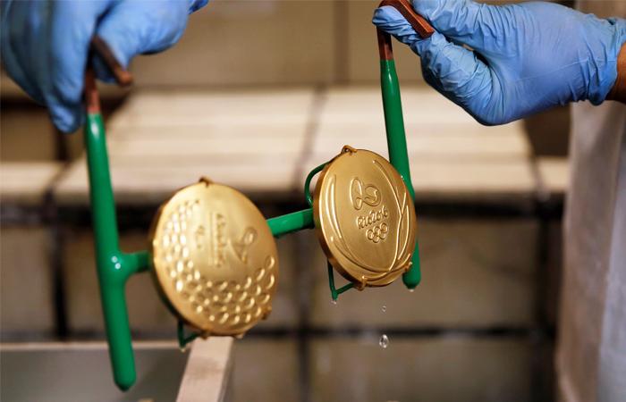 На Олимпиаде разыгрывается рекордное количество комплектов медалей (306). На одной стороне медали изображена греческая богиня победы Ника, на другой - эмблема Рио-2016. Все награды изготавливаются из экологически чистых материалов, частично – из переработанных. Ленты для медалей сделаны из переработанных пластиковых бутылок.